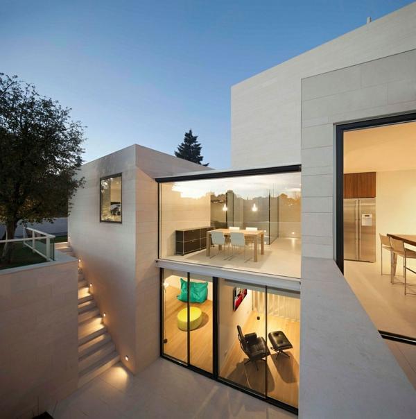 maison moderne avec grande baie vitree. Black Bedroom Furniture Sets. Home Design Ideas
