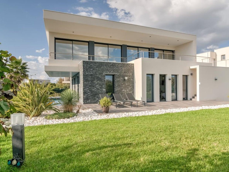 maison moderne avec pierre