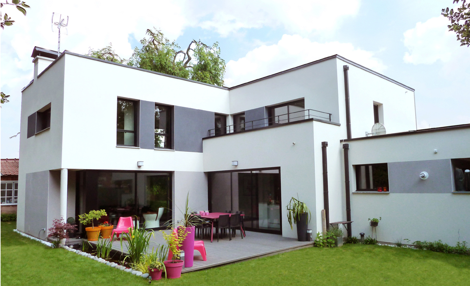 maison moderne grise et blanche