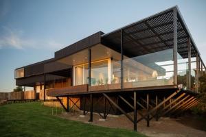 maison moderne sur pilotis