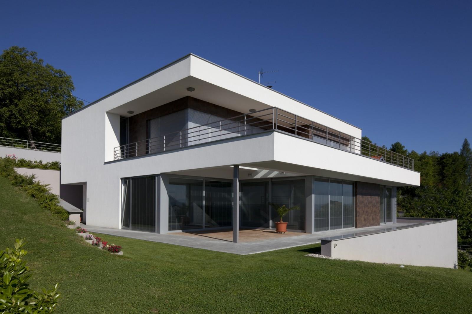 maison moderne sur terrain en pente